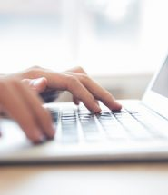 close up van mannelijke handen te typen op een laptop toetsenbord 1262 2250